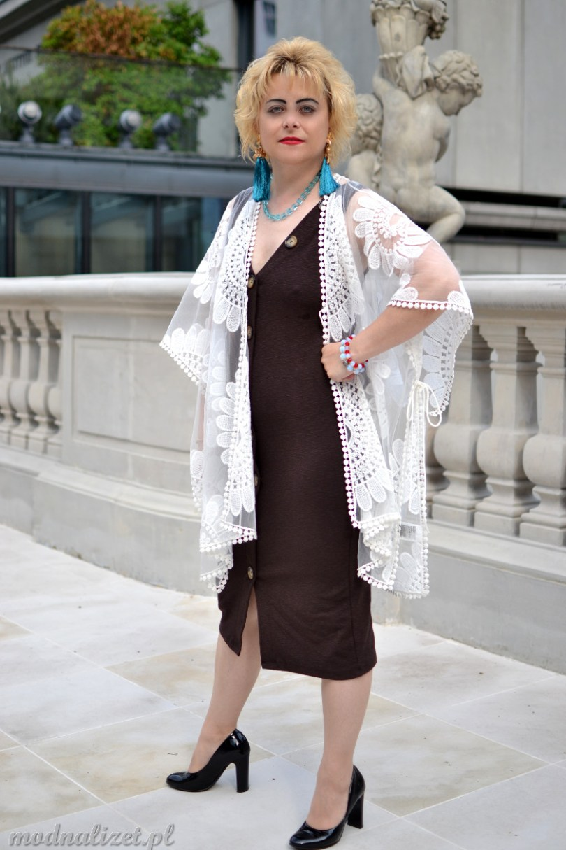 Sukienka brązowa i koronkowy szal