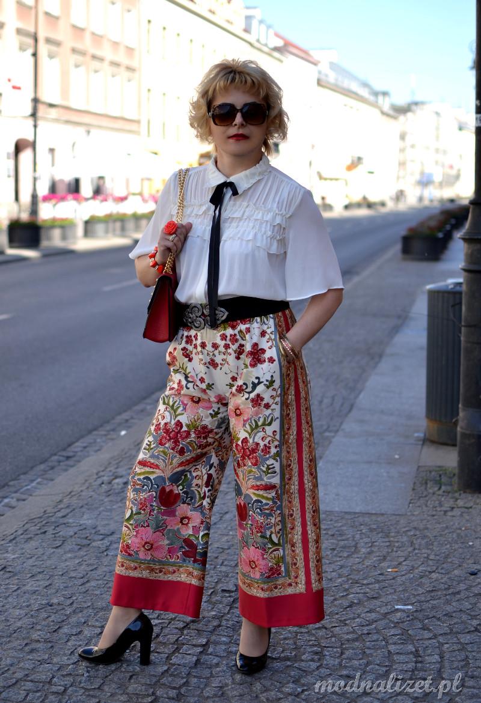 Elegancka koszulowa i kolorowe spodnie