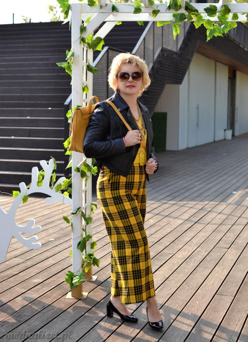 Szerokie spodnie i żółta bluzka