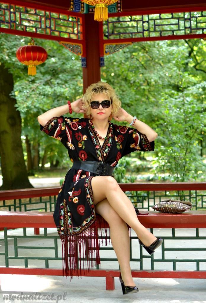 Modna Lizet w kolorowym kimono