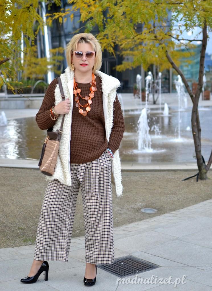 Spodnie szerokie i brązowy sweter