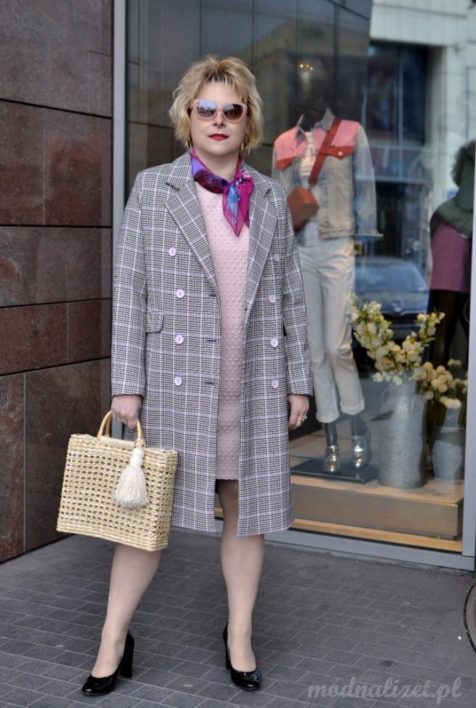 Płaszcz w szarą kratkę i sukienka różowa