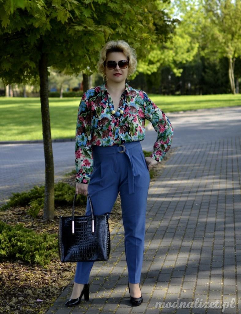 Niebieskie spodnie i koszula w kwiaty
