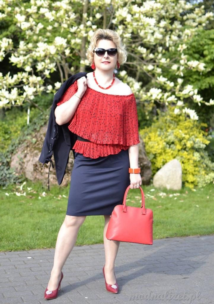 Czerwona plisowana w kropeczki bluzka