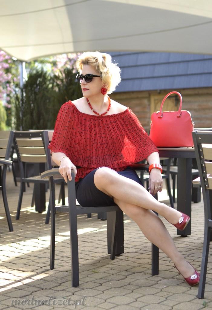 Plisy na czerwonej bluzce