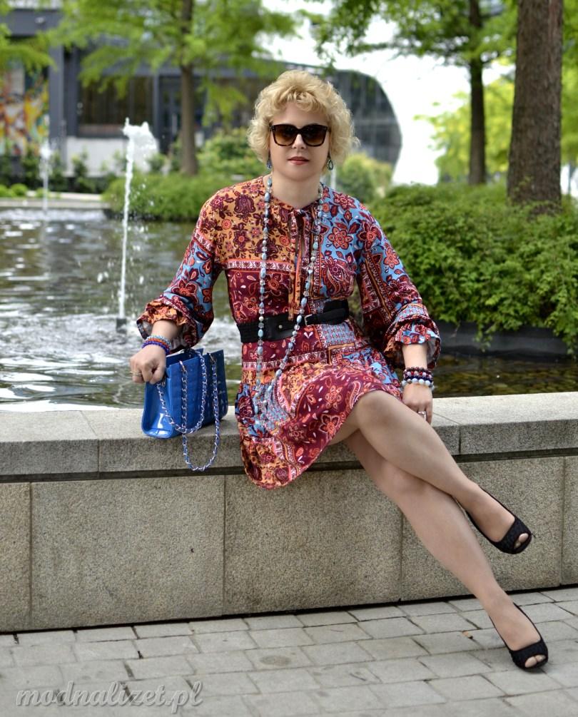 Modna sukienka w kwiatowe wzory