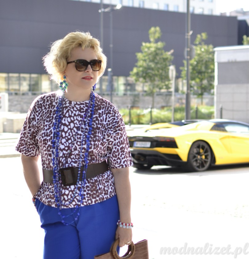 Modna bluzka i niebieskie spodnie