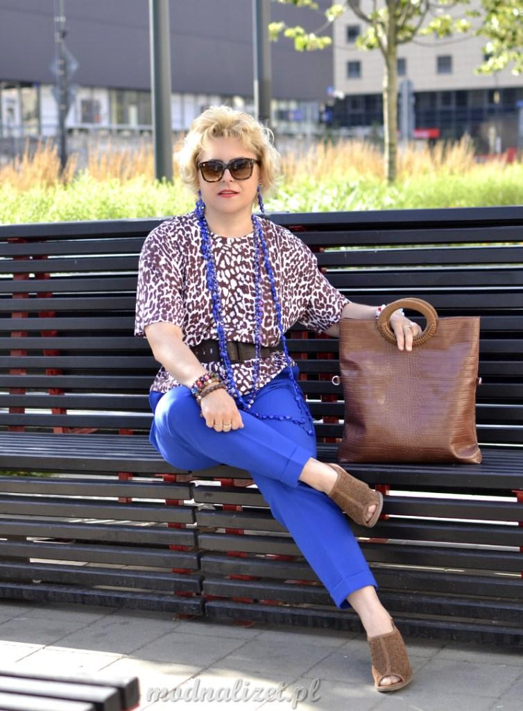 Niebieskie spodnie i bluzka