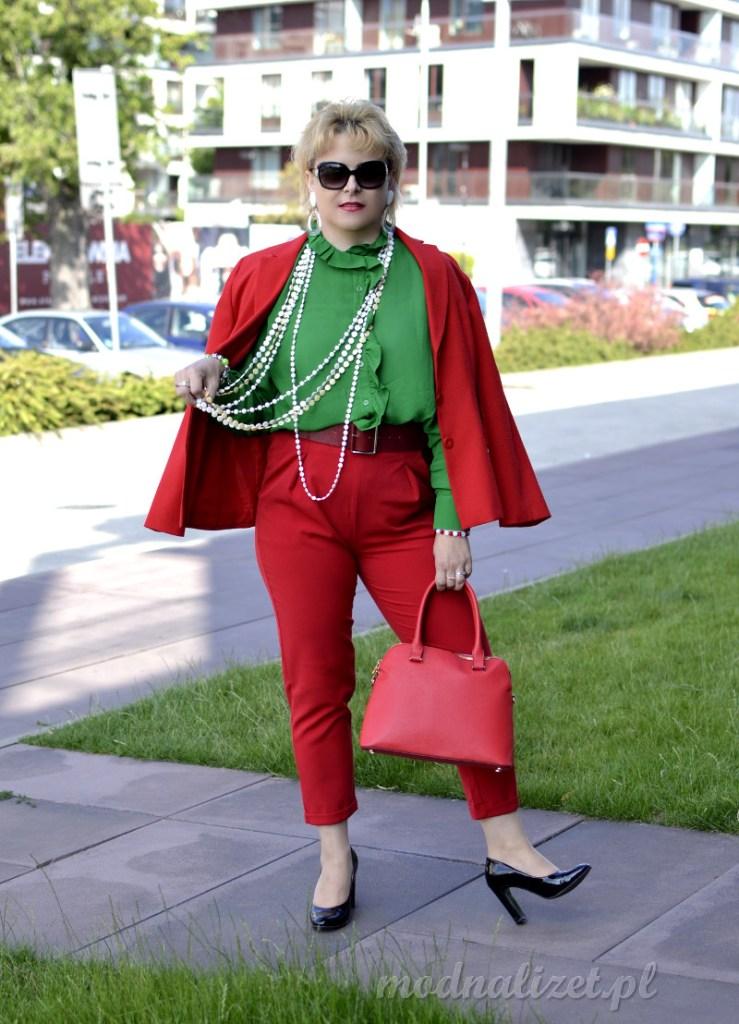 Czerwone spodnie i zielona kosz