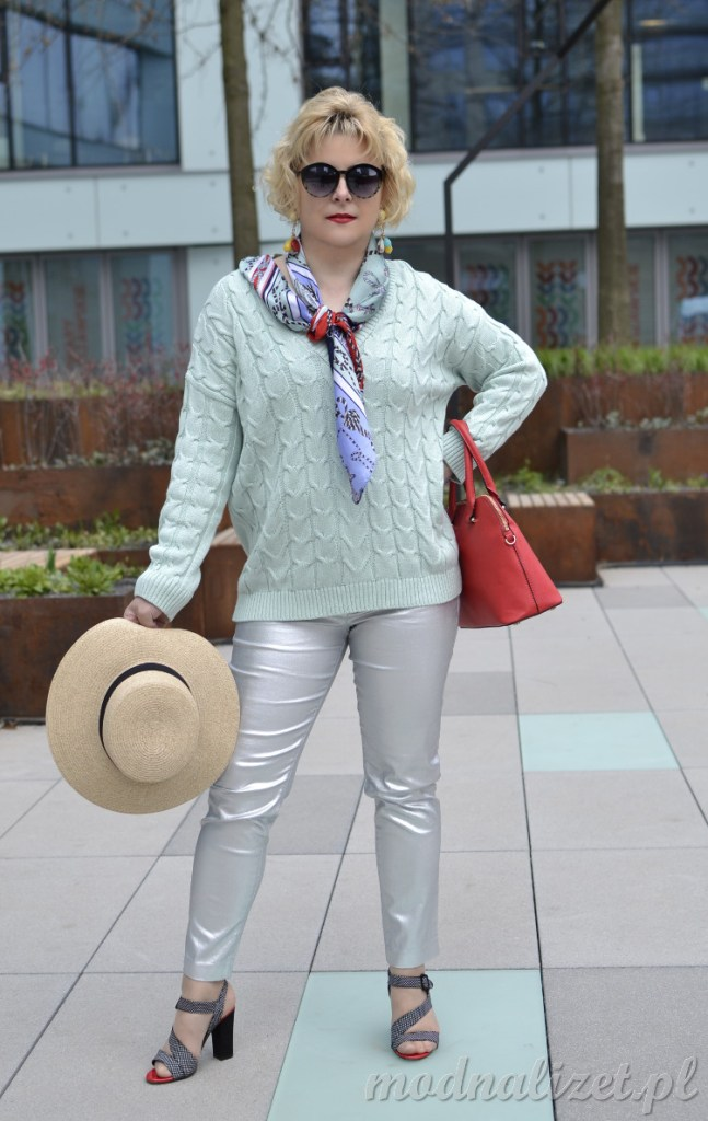 Srebrne spodnie i miętowy sweterek