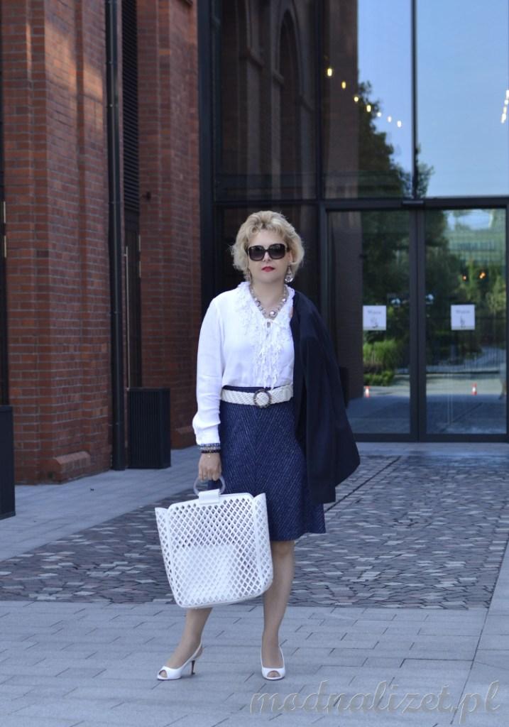 Biała bluzka i granatowa spódnica