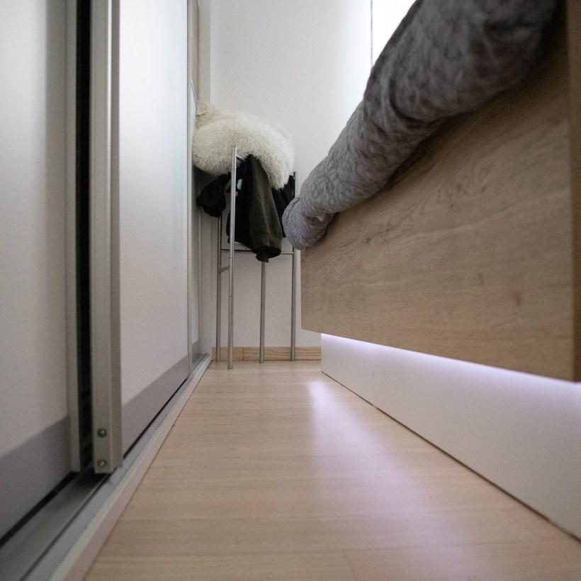 Spavaća soba s prikazom donjeg ruba kliznog ormara i kreveta