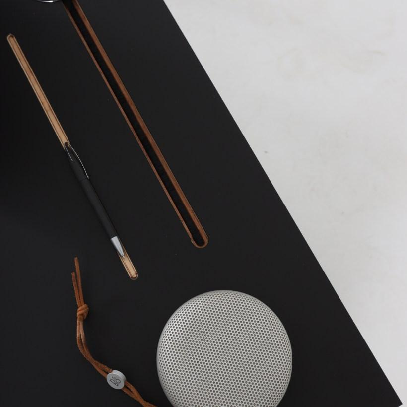 Conform Desk ima u dugi urez u površini koji služi za odlaganje (kemijskih) olovki.