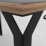 Prikaz ruba Conform radnog stola i crne metalne noge kao opcije