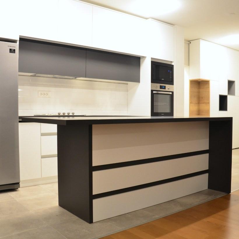 Moderna kuhinja s otokom po mjeri rađena u kombinaciji više materijala