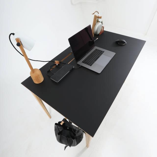 Pogled na radnu površinu crnog radnog stola Conform Desk