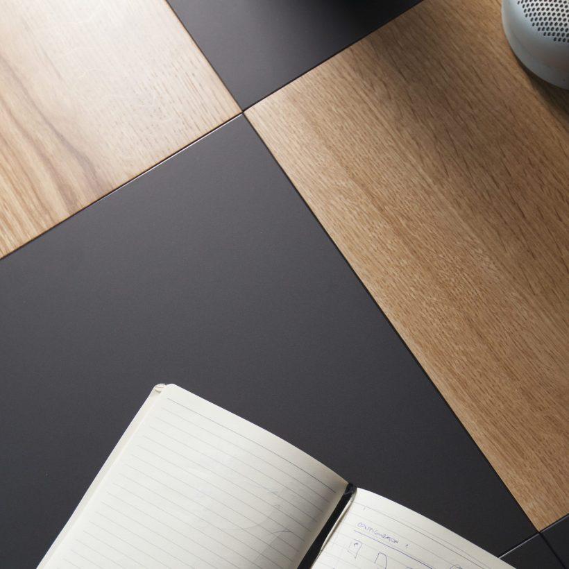 Radna površina Modular - modularnog radnog stola izbliza u kombinaciji drva i crnog nanomaterijala