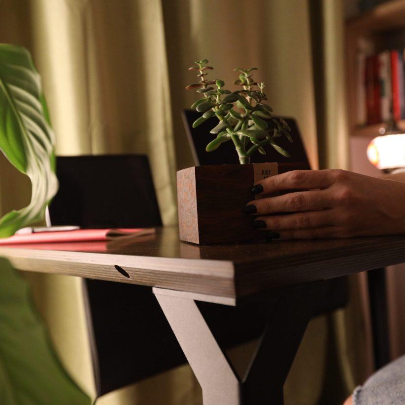 Detalji radnog stola Conform Desk u prostoru