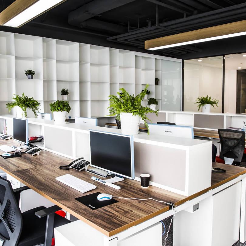 Uredski namještaj sa više radnih jedinica u radnom prostoru