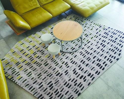 Tepih za mali dnevni boravak mora biti velik. Ovaj je izradila dizajnerica Marija Gradečak.