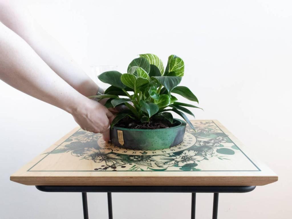 Površina Botanical Mist stolića s floralnim printom na drvenoj površini