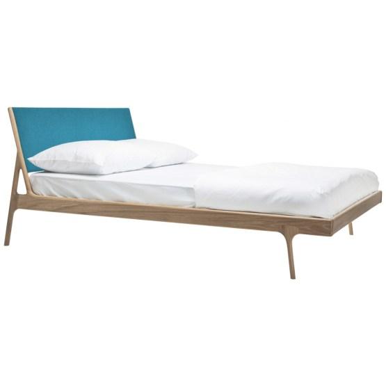Mit Bett Fawn hält die Natur Einzug ins Schlafzimmer: Inspiriert von Formen aus der Natur zaubert der Designer Salih Teskeredžic hier weich verlaufende Linien