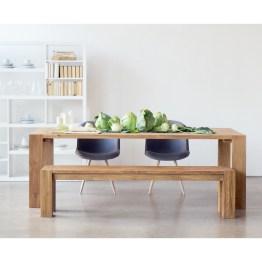 Bei diesem Ensemble steht die Schönheit massiven Holzes im Vordergrund. Tisch Bruce und Sitzbank David zeigen sich so schnörkellos und robust