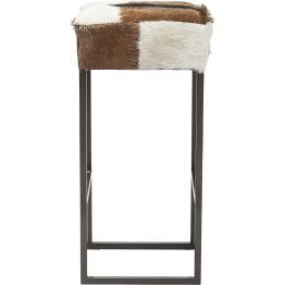 Hocker: Rodeo Drive Die Sitzfläche ist mit Ziegenfell bezogen und hochwertig gepolstert. Für moderne Aspekte sorgen die Stahlbeine. Damit findet der Barhocker aus der Country Life Serie in rustikalen wie modernen Ambiente Wertschätzung.
