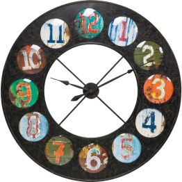 Zwölf Mal buntes Rund im Kreis Eine runde Designsache ist diese Uhr. Auf einem kreisförmigen Eisenrahmen sind die Ziffern der Zeit in bunten