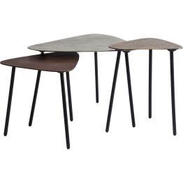Couchtisch: Set aus drei reizvollen Beistelltischchen in unterschiedlicher Größe. Die Tischplatten aus Aluminium sind dreieckig geformt und in warmen metallischen Farben lackiert. Flexibel einsetzbar mit Vintage Patina.