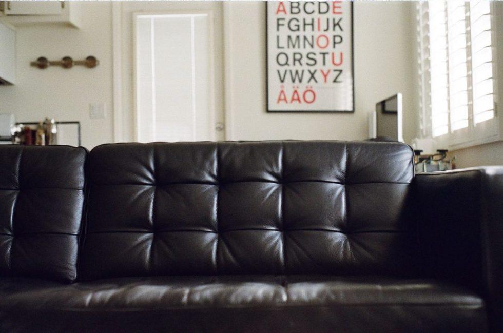 Einzimmerwohnung einrichten - Couch als Raumtrenner