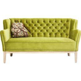 Chesterfield-Stil in moderner Interpretation: Das komfortable Sofa präsentiert sich mit üppigem Sitz- und Rückenpolster