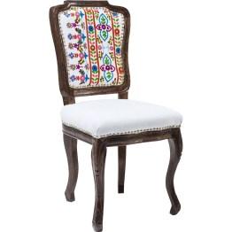 Stuhl: Polsterstuhl im charmanten Stil- und Materialmix. Handbestickte Folklore-Muster zieren die Rückenlehne. Umlaufende Polsternägel unterstreichen die aufwendige und spannungsreiche Komposition. Künstliche Gebrauchspuren wie Dellen und Schleifspuren sind gewollt. Weitere Ausführungen erhältlich.