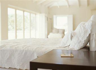 Vijf tips om je slaapkamer in balans te brengen moeders minimalisme - Hoofdeinde balans ...
