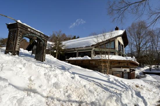 雪に覆われた萌木の村