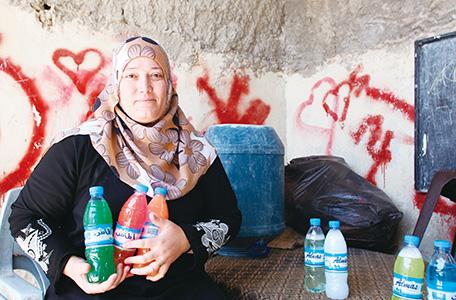 パレスチナ難民生計向上のための能力開発プロジェクトにおいて洗剤作りの職業訓練を受け、洗剤販売のビジネスを営んでいるスーフパレスチナ難民キャンプの女性(写真:久保田弘信)