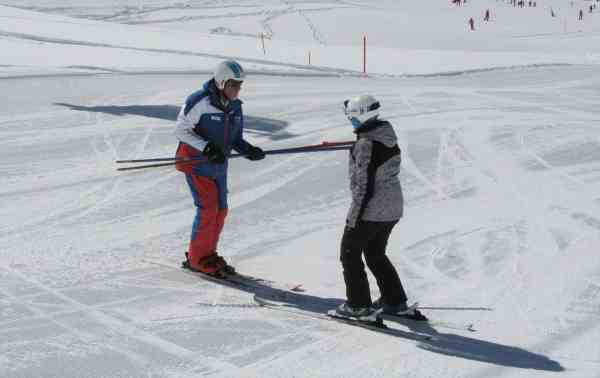 Anfänger lernt Skifahren in Ischgl