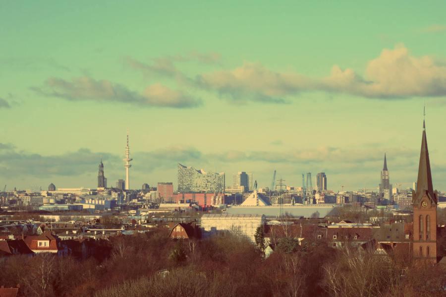 Blick vom Energiebunker in Wilhelmsburg auf Hamburg City mit Elbphilharmonie und Michel