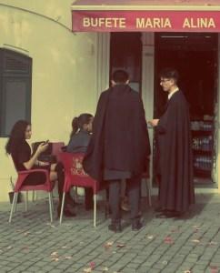 Studenten in Porto mit traditionellen Mantelumhaengen