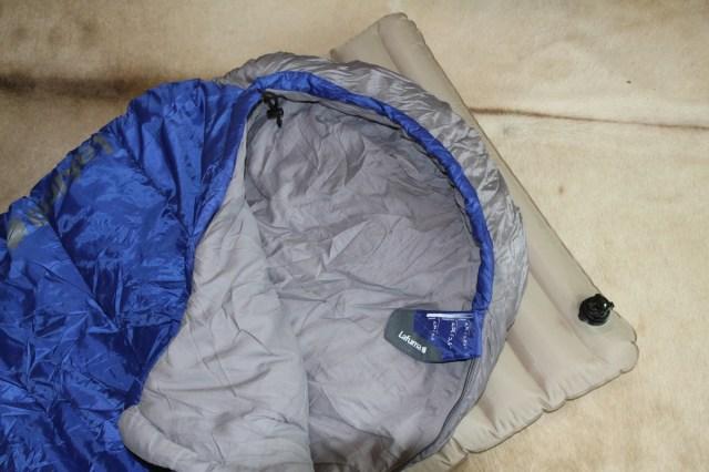 Für 60 Euro im Outdoor-Laden schnell nachgekauft: gescheiter Schlafsack mit Komfortbereich bis +7° C. War mir danach ein treuer, warmer Begleiter.