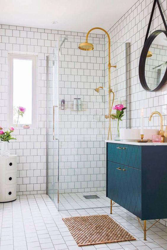 Zlatni detalji i dekoracije u kupaonici