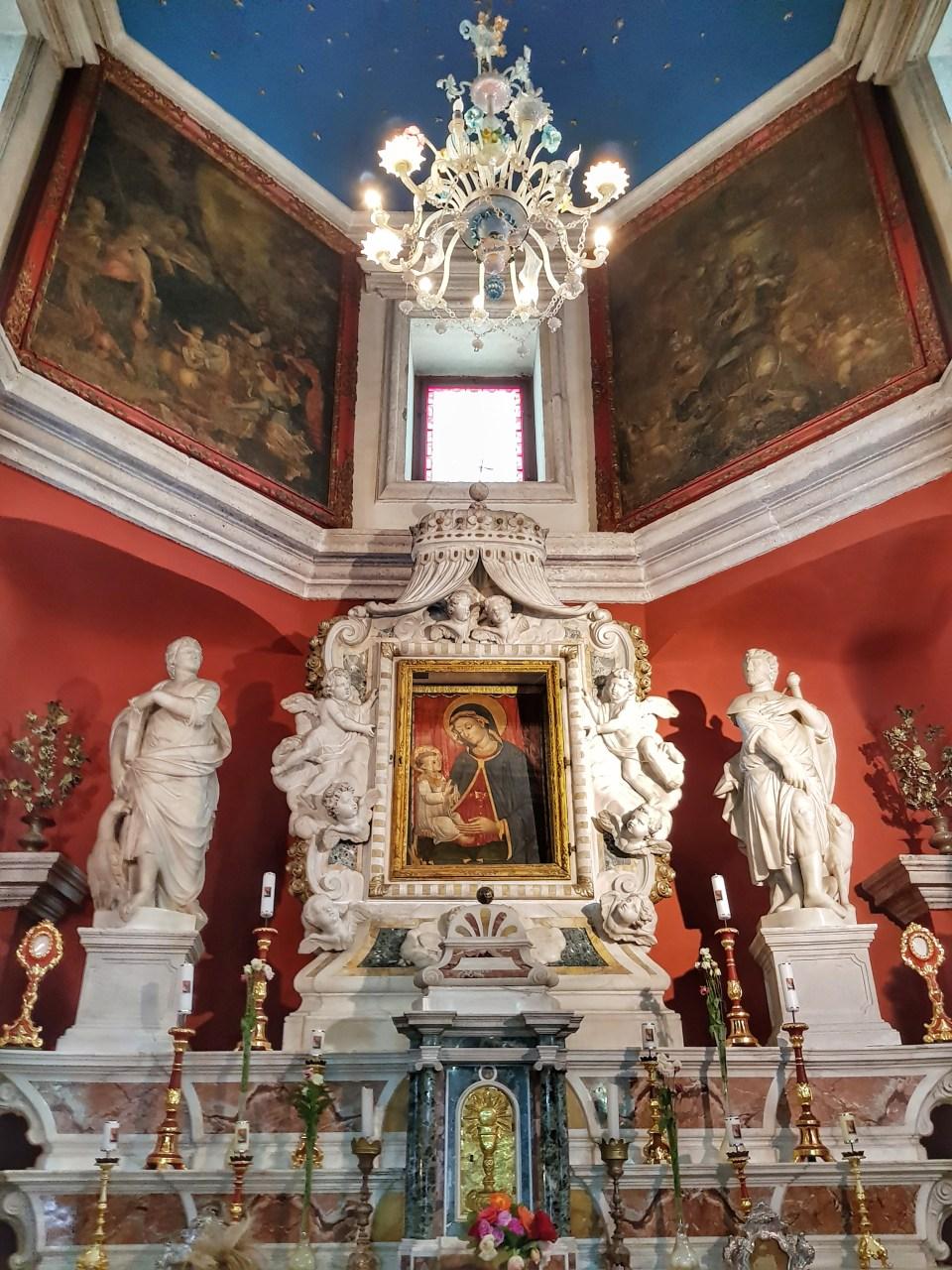 Ikona i oltar u crkvi - Gospa od Škrpjela