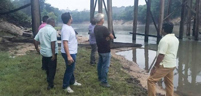 Prefeito Ie Ié articula parceria para recuperação de ponte destruída por caminhão sobrecarregado de madeira no Projeto Seringa.