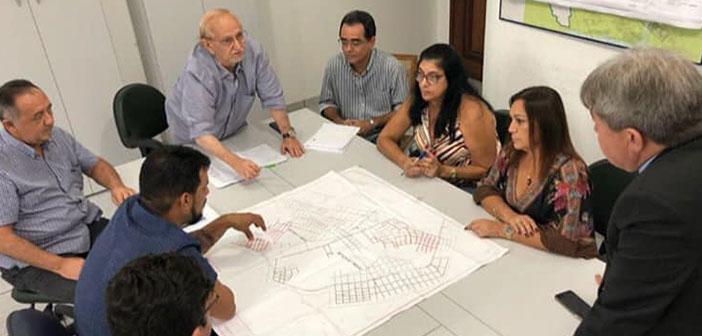 Prefeitura de Moju reuni na sede da Cosanpa