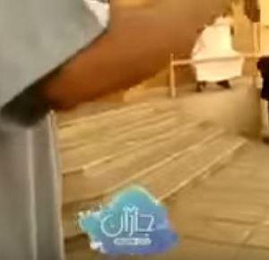 بالفيديو : مديرة مدرسة في السعودية تخرج الطالبات بدون عباءة والسبب صادم !!