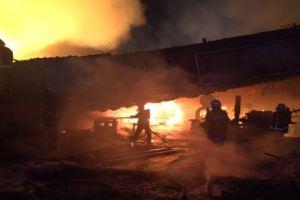 إندلاع حريق هائل بــ 3 ورش ومنجرة جنوب جدة (بالصور)