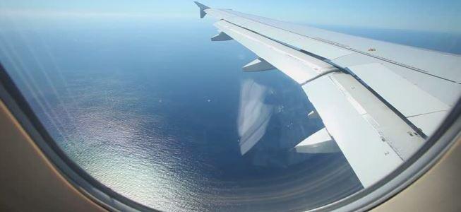 أي مقعد في الطائرة بجانب الأجنحة