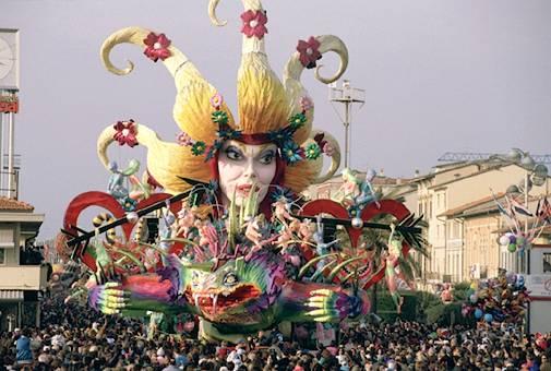 VENAFRO  Con lAvis al Carnevale di Viareggio per assistere al Corso Mascherato Notturno