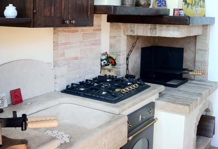 Cucina in muratura con caminetto  Cucine in muratura