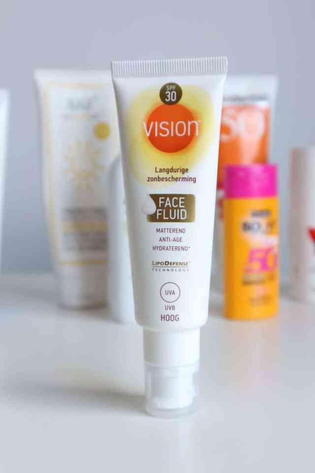 Draag je zonnebrandcrème onder of over je dagcrème? Vision face fluid SPF30 review momambition.nl